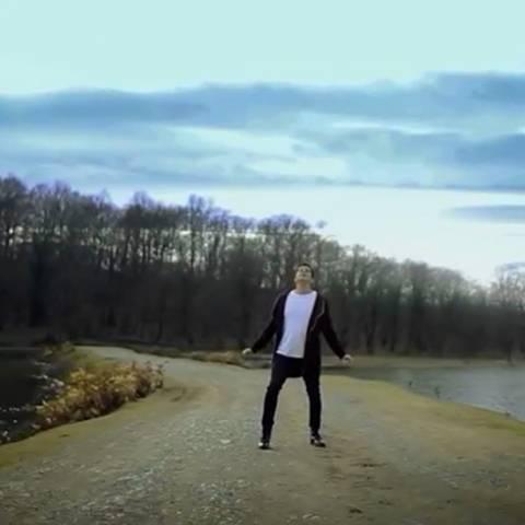 دانلود موزیک ویدئو جدید فرزاد فرزین به نام گوشی